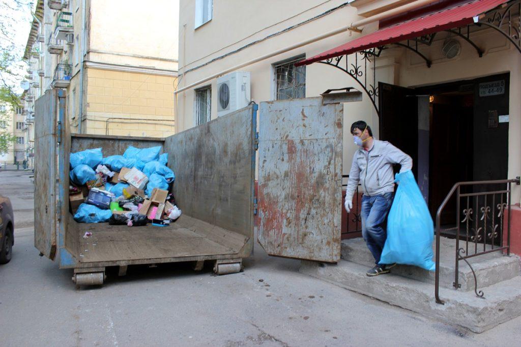 Вывоз мусора из квартиры контейнером
